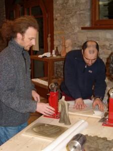 Scultore Paolo Moro. Corso di Scultura Legno. Paolo Moro a sx e Leonardo Tramontin 225x300