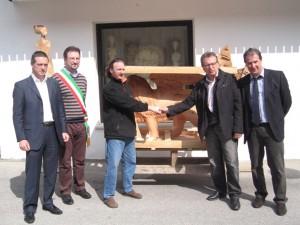 Scultore Paolo Moro. Mostra Foto consegna sultura in legno leone di Venezia 300x225