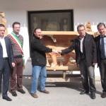 Scultore Paolo Moro. Mostra Foto consegna sultura in legno leone di Venezia 150x150