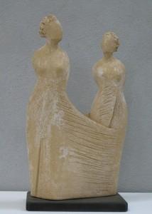 Scultore Paolo Moro. Scultura in terracotta. Titolo amiche1 214x300