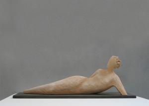 Scultore Paolo Moro. Scultura in terracotta. Titolo donna sdraiata1 300x214
